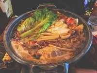 comida cozida em uma tigela de aço inoxidável