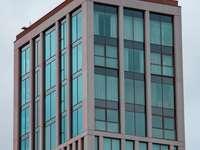 clădire de beton maro și alb sub cer albastru