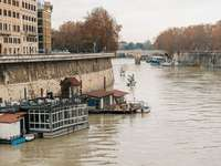 хора, возещи се на лодка по река през деня