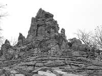 Formación de roca gris durante el día.