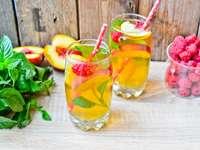 napój z miętą i owocami
