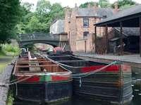 зелена и кафява дървена лодка по река през деня