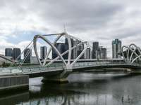 weiße Brücke über Fluss unter bewölktem Himmel während des Tages