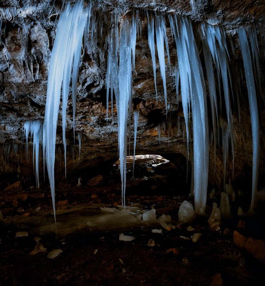 el agua cae en medio del bosque - Cueva de hielo con formaciones gigantes de hielo. . Maquoketa Caves State Park, Caves Road, Maquoketa, IA, EE. UU (18×20)