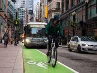 férfi fekete kabát lovaglás kerékpár úton nappal
