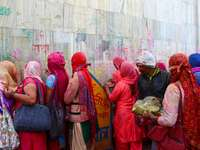 lidé v červeném a žlutém klobouku