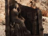 hnědá betonová socha během dne