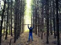 мъж в синьо яке, стоящо на кафяво поле