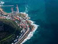 Vista aérea de la ciudad cerca del cuerpo de agua durante el día.