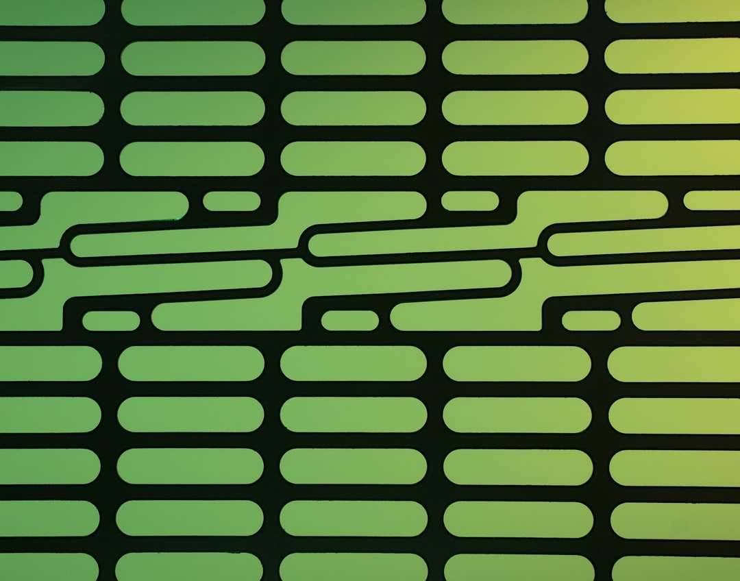 """zielono-czarne paski tekstylne - Metalowy wspornik z uszkodzonego dysku twardego serwera. Świeci od tyłu wieloma kolorowymi błyskami. Rzeczywisty obiekt ma rozmiar około 3 """"x 4"""". Myślałem, że ma ciekawy projekt. Lazy Creek Stu (2×2)"""