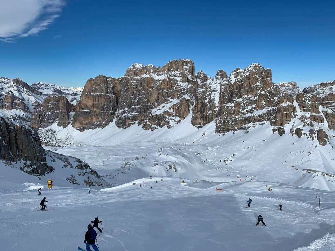 fekete kabátos és fekete nadrágos személy - személy fekete kabátot és fekete nadrágot állt a hóval borított földön nappali. Télen a Cortina d'Ampezzo tökéletes hely a síelés szerelmeseinek. . Cortina d'Ampezzo, Belluno tartomány, (8×6)