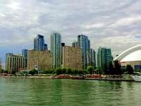 skyline van de stad over water overdag