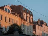 bruin betonnen gebouw overdag
