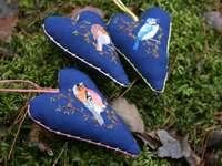 Travesseiro em formato de coração com estampa de borboleta azul e branco