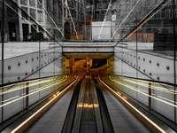 stacja kolejowa z biało-brązowym pociągiem
