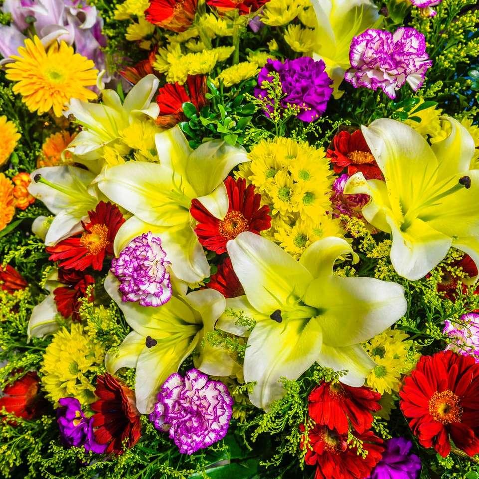 żółte i różowe kwiaty z zielonymi liśćmi - Bukiet kwiatów. Distrikt Sham Shui Po, Hongkong (11×11)