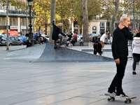 άτομα που περπατούν στο πεζοδρόμιο κατά τη διάρκεια της ημέρας