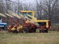 equipamento pesado amarelo e vermelho em campo de grama verde