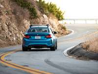 niebieski samochód na drodze w ciągu dnia