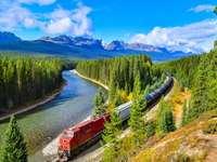 löpande tåg längs floden