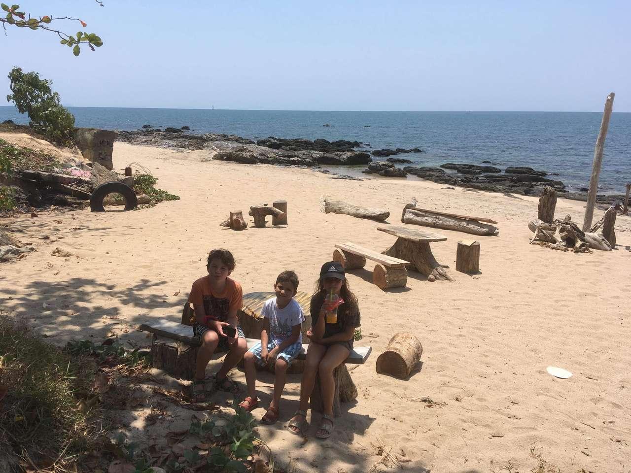 Havssidan - 3 syskon på stranden (12×9)