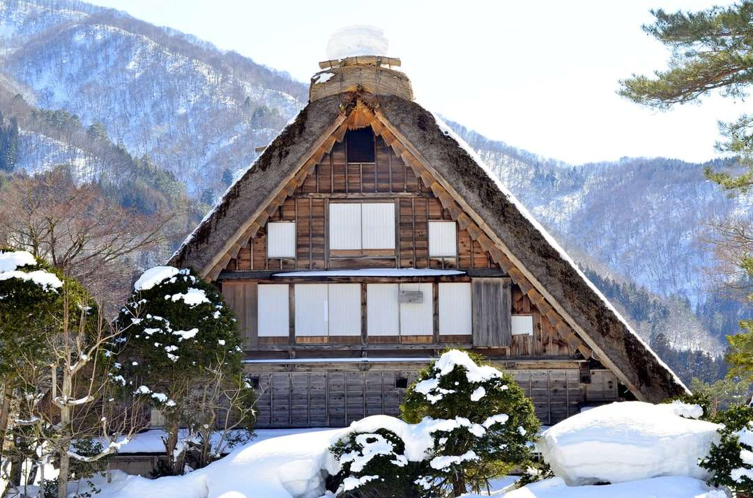 casa de madera marrón cubierta de nieve - Casa de madera marrón cubierta de nieve cerca de la montaña cubierta de nieve durante el día (15×10)