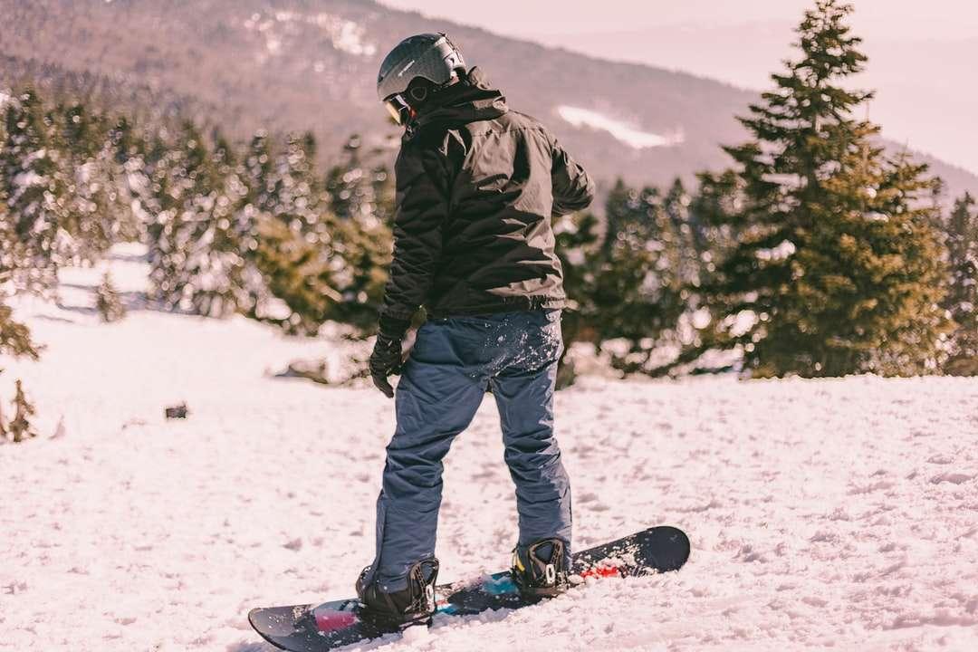 мъж в черно сако и сини панталони - мъж в черно яке и сини панталони, стоящи на заснежена земя през деня. . Улудаг, Согукпинар, Османгази / Бурса, Тю (13×9)