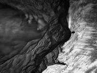Graustufenfoto der Felsformation