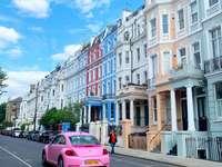ροζ αυτοκίνητο στο δρόμο κοντά σε λευκό μπετόν κατά τη διάρκεια της ημέρας