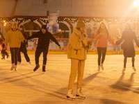Mann im braunen Mantel stehend auf Eisfeld