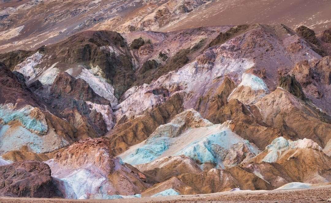 braune und graue Berge tagsüber - Bunte Hügel im Death Valley. Death Valley National Park, Vereinigte Staaten (19×12)