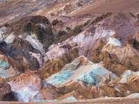 montanhas marrons e cinzas durante o dia