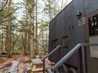 brązowa drewniana szopa w pobliżu drzew w ciągu dnia