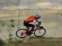homme en casque de vélo rouge et blanc équitation