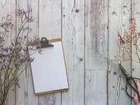 carte albă pe masă de lemn maro