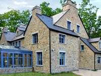 façade de maison en pierre
