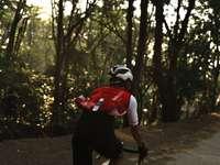 homme en chemise rouge à vélo