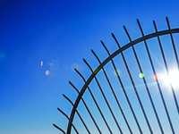 recinzione metallica nera sotto il cielo blu durante il giorno