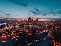 stad met hoge gebouwen 's nachts