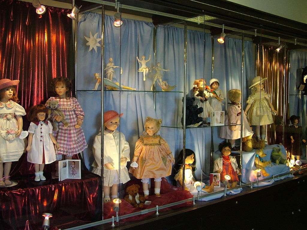 Lalka (figurka) - Lalka – figurka przedstawiająca człowieka (często niemowlę), zwierzę lub fikcyjnego humanoida, współczesnie zwykle wykonana z plastiku i tkaniny. Lalki są najczęściej używane jako zabawki (2×2)