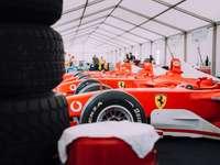 czerwone ferrari f 1 car
