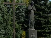 Monumento de Juan Pablo II frente a la iglesia de Mistrzejów