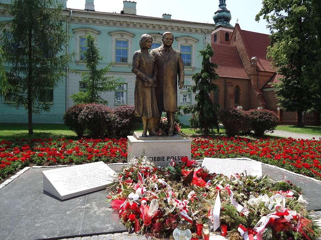 Pomnik Lecha i Marii Kaczyńskich w Radomiu - Pomnik Lecha i Marii Kaczyńskich – pierwsza w Polsce rzeźba przedstawiająca Lecha i Marię Kaczyńskich, odsłonięta 18 czerwca 2013 w Radomiu. Jej autorem jest Andrzej Renes, autor m.in. stoją (4×3)