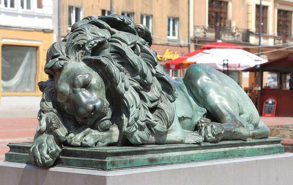 Spící lev (Bytom) - Spící lev (německy: Schlafender Löwe) - socha z 19. století, umístěná na Tržním náměstí v Bytomu, zobrazující lva s hlavou položenou na předních končetinách, zapsaná do rejstřík (3×2)