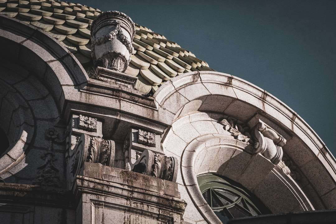 nízký úhel fotografie hnědé betonové budovy - Budova v Kansas City. Kansas City, Kansas City, Spojené státy (15×10)