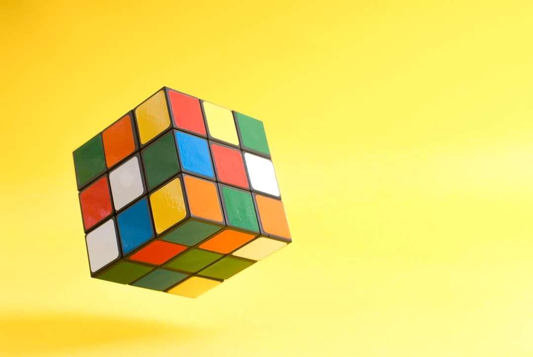 Kostka rubika 3 x 3 - Latająca kostka Rubika na żółtym tle (13×9)