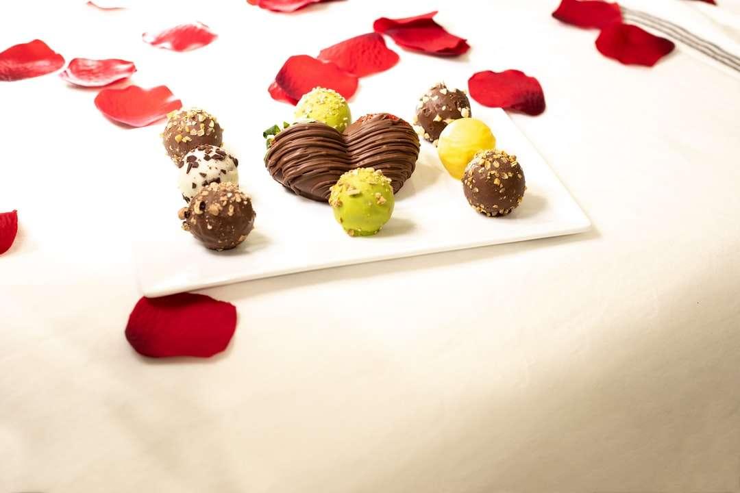 babeczki czekoladowe na białym talerzu ceramicznym - Kawałki czekolady z romantycznym układem i różami. Toronto, ON, Kanada (18×12)