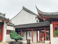 červená a bílá betonová budova