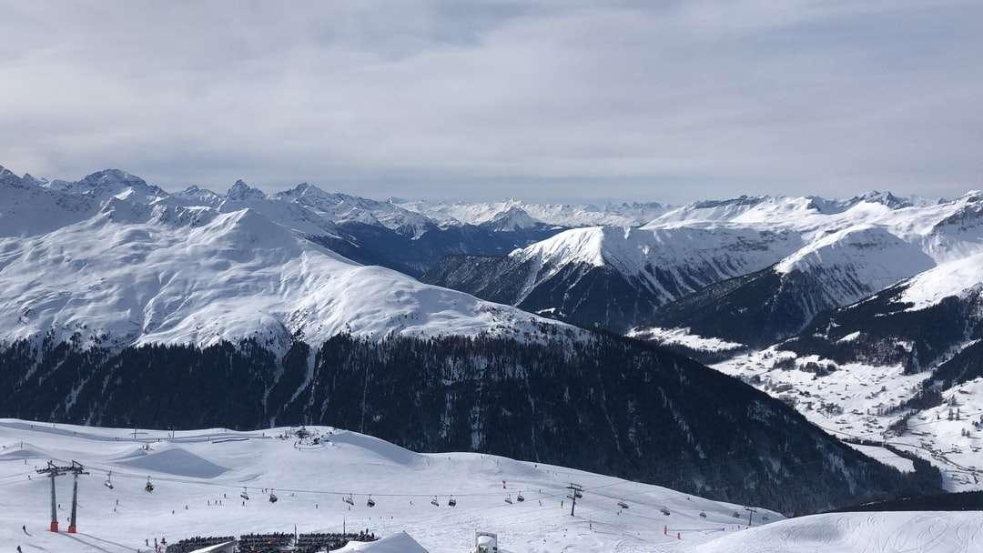 montaña cubierta de nieve bajo el cielo nublado durante el día - Lenzerheide, Vaz / Obervaz, Suiza (19×11)