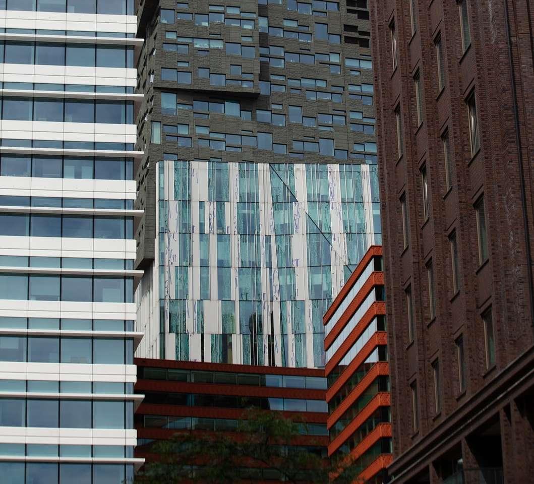 hnědá betonová budova během dne - Oříznutá města se rozdělují. 2 (4×4)